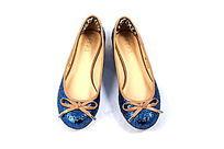 蓝色女款亮皮鞋