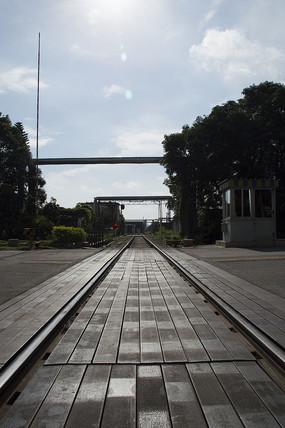 强对比黑白钢铁城市之铁路路口
