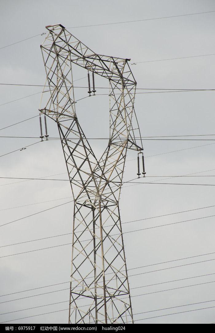 乌云下高大的高压电线塔