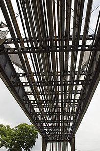 油城中高大的输油管道钢铁高架桥