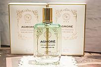 淡绿色的一瓶香水