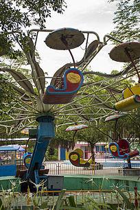 儿童乐园内旋转的游乐设施