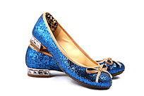 蓝色的女式亮皮鞋