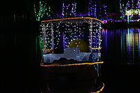 美丽的河上小船夜景