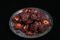 盘中的红色杨梅干果