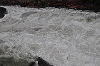 水流湍急的河水