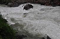 水流湍急的小溪