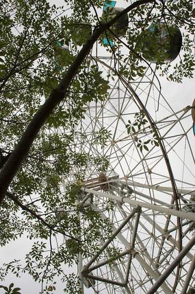 游乐场巨大的钢铁摩天轮