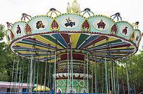 游乐场内的彩色旋转木马