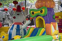 游乐场内的卡通气垫游乐设施