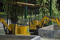 游乐场内的小型玩具挖掘机