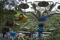游乐园内的旋转吊车玩具车