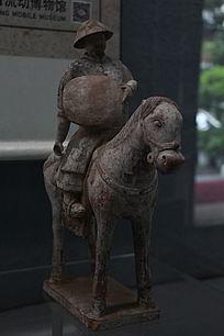 元代彩绘骑马俑