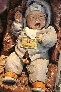 彩色雕塑啼哭的婴儿