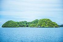 海上绿色的岛屿