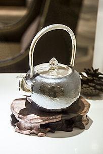 亮泽的银茶壶