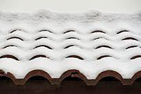 雪中的屋檐
