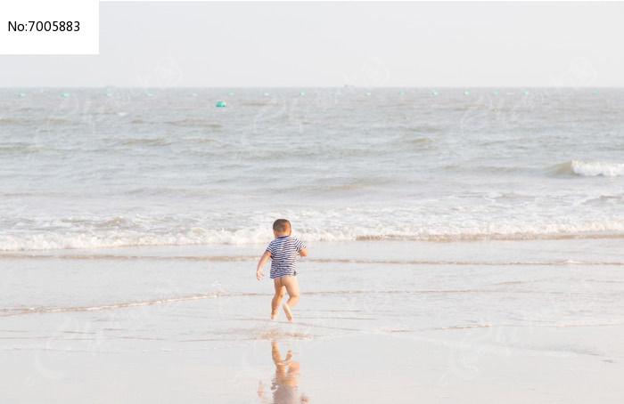沙滩上奔跑的儿童背影