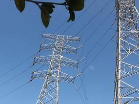 冲天的电线塔