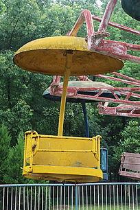废弃的黄色旋转飞车