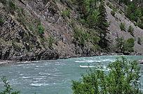 山下清澈的河流