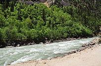山下水流湍急的河水