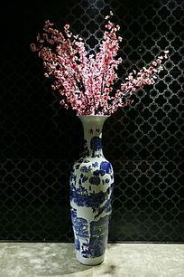 插入花束的青花瓷瓶