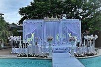 浪漫的白色婚礼展台