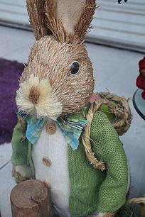 穿花布衬衫的草编小兔子