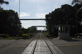 蓝天下强对比黑白钢铁城市之铁路路口