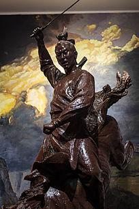 古代骑马挥剑雕塑