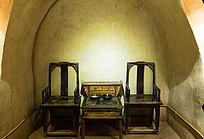 窑洞里的桌子凳子