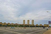 鞍山万水河桥水岸华府居民区与漫天白云
