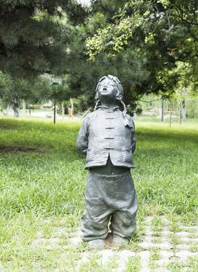唱信天游的小女孩雕塑