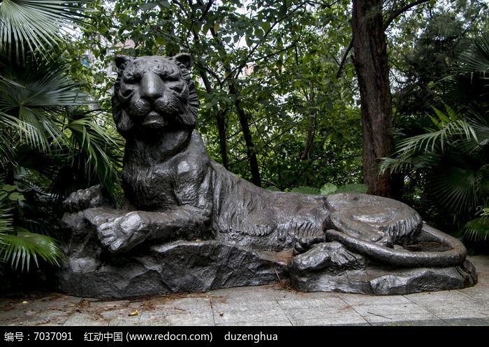 动物雕塑作品卧虎