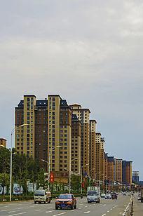 高层建筑与白云