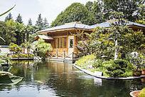 湖面上的小木屋