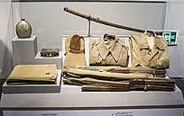 李所庵缴获的日军冬帽和箱子