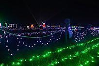 各色灯光装饰下的田野
