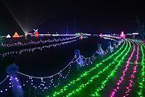 河边的灯光打扮的景色