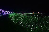 夜色中的绿色灯光造型