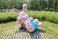 公园里的兔子雕塑
