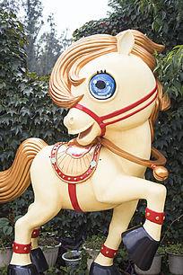 黄色的马雕塑