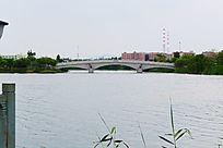美丽的湖上桥梁