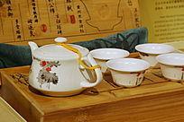 白瓷茶壶茶杯