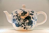绘蓝色枝叶茶壶