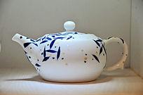 绘竹叶瓷茶壶