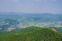 千山七重天俯瞰山峰山脉与居民区