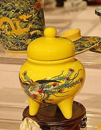 黄地凤凰图案瓷瓶