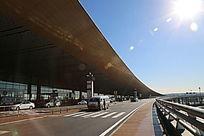 阳光下的航站楼出发大厅外景